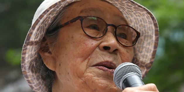 5일 오후 서울 종로구 일본대사관 앞에서 열린 일본군 '위안부' 문제 해결을 위한 제 1190차 정기 수요집회에서 김복동 할머니가 자유발언을 하고 있다.