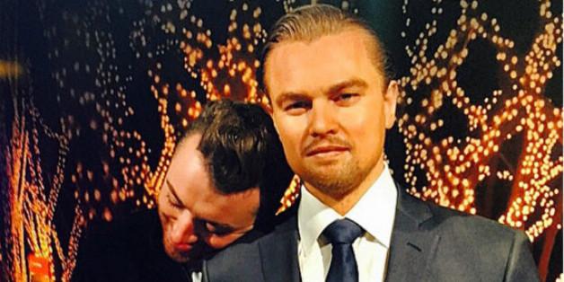 Sam Smith (l.) kuschelt mit Leonardo DiCaprio