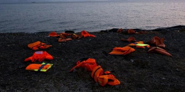 Gilets de sauvetage laissés par des migrants sur une plage de l'île de Kos en Grèce, le 11 août 2015