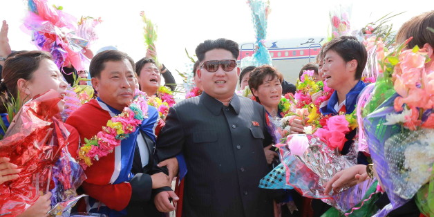 Kim Jong-un bei der Begrüßung weiblicher Fußballer am Flughafen