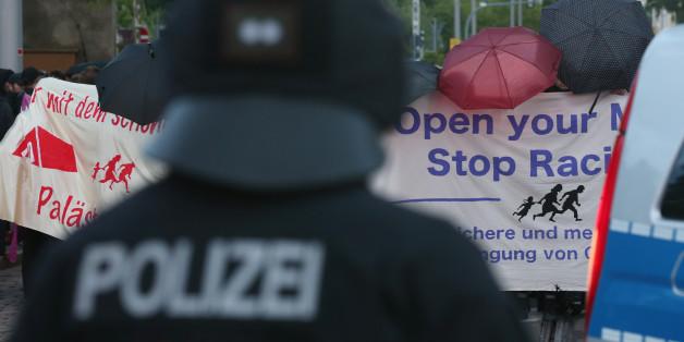 Ein Polizist beobachtet eine Demonstration gegen Rassismus im Juli 2015 in Dresden