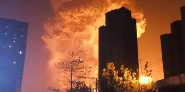 중국 동북부 톈진(天津)항에서 12일 오후 11시30분(현지시간)께 대형 폭발사고가 발생해 지역 주민과 소방관 등 최소 44명이 사망했다. 사고 당시의 참혹했던 모습을 촬영한 영상들. 2015.8.13 <<웨이보 캡처>>