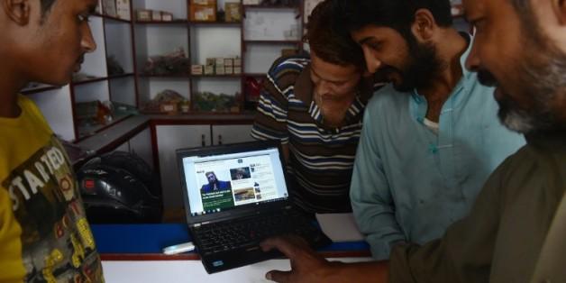 De jeunes Pakistanais surfent sur le site du Khabaristan Times dans une boutique à Rawalpindi, dans la province du Pendjab, le 9 août 2015