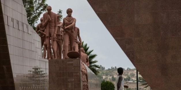 Un homme passe devant le mémorial du Front de libération du peuple du Tigray (FLPT), à Mekele en Ethiopie, le 26 juin 2015