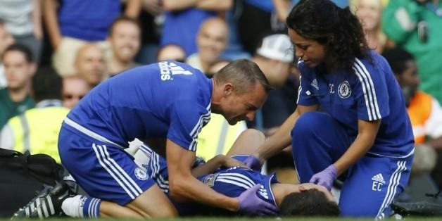 Le kiné en chef de Chelsea, Jon Fearn et le médecin Eva Carneiro soignent Eden Hazard lors du match contre Swansea, à Stamford Bridge, le 8 août