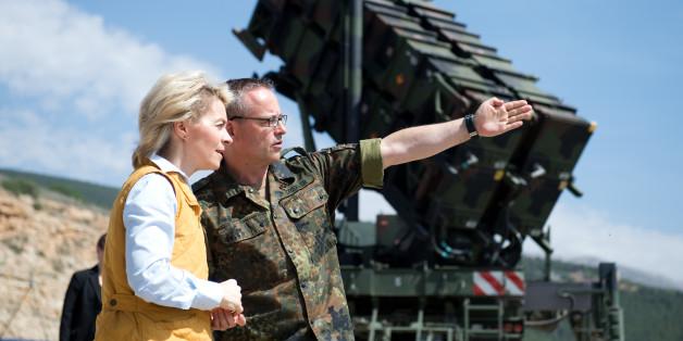 Bundesverteidigungsministerin Ursula von der Leyen (CDU) lässt sich am 25.03.2014 in Kahramanmaras in der Türkei von Oberst Stefan Drexler (r), dem Kontingentführer des Einsatzkontingents Active Fence Turkey, die Patriot-Anlagen zeigen.
