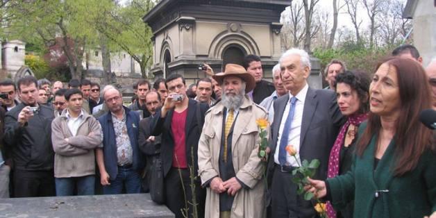 Aït AHMED avec Anne Mecili devant la tombe de Ali Mecili