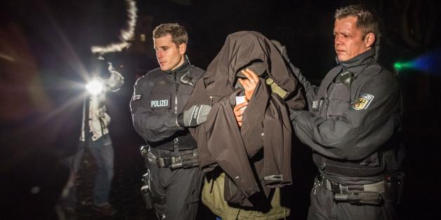 Im Dezember führen Polizisten in Frankfurt einen mutmaßlichen Schleuser ab