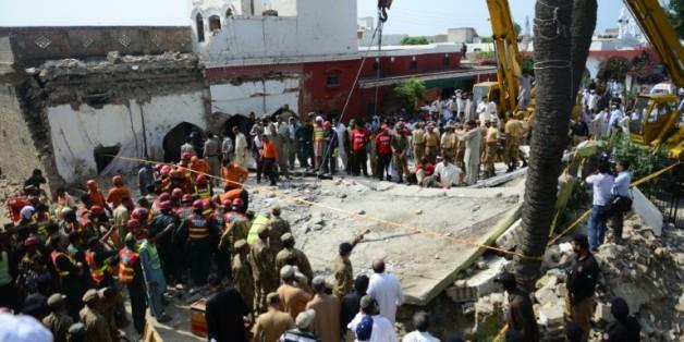 Des secouristes pakistanais sont sur les lieux d'un attentat suicide dans le village de Shadi Khan (nord-ouest), le 16 août 2015