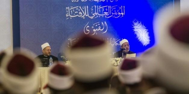 Le Grand imam d'Al-Azhar Ahmed al-Tayyeb (droite) et le Grand mufti d'Egypte Shawki Ibrahim Abdel-Karim Allam à l'ouverture de la conférence internationale sur la fatwa au Caire le 17 août 2015