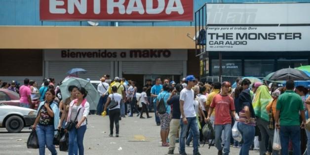 Des habitants font la queue à l'extérieur d'un supermarché de Valencia, à l'ouest de Caracas, le 11 août 2015