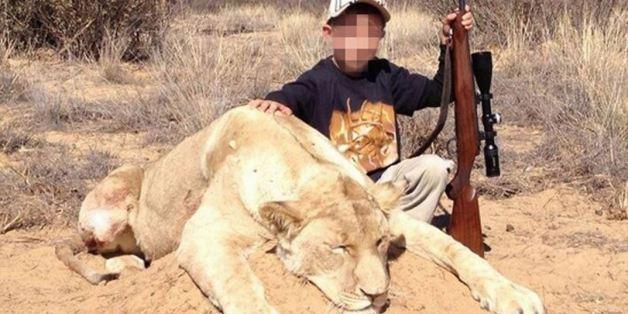 """Un chasseur publie des photos de ses enfants, de 7 et 9 ans, qui ont tué """"leur premier lion"""" (PHOTOS)"""