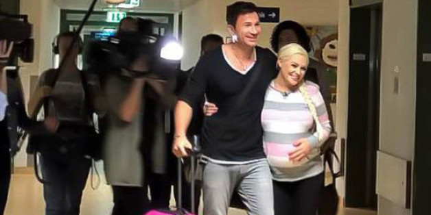 Die schwangere Daniela Katzenberger checkt im Krankenhaus ein