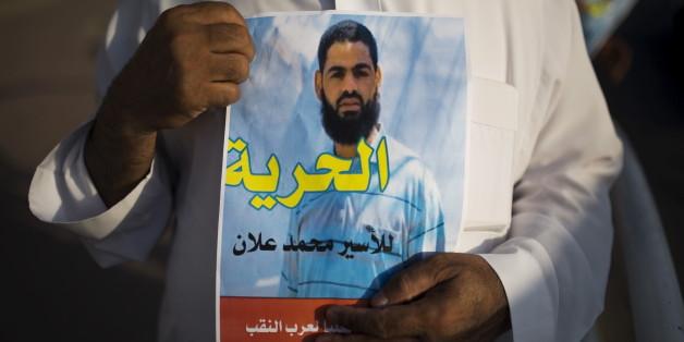 Une affiche de protestation tenue par un Palestinien, demandant la libération de Mohammed Allan.