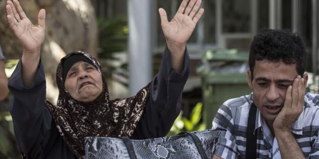La mère de Mohamed Allan, Maazouza, et son frère, Allan, devant  l'hôpital Barzilai à Ashkelon