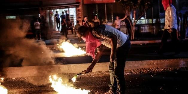 Un militant d'extrême-gauche allume un cocktail molotov alors que la police tente de disperser une manifestation, le 19 août 2015 à Istanbul