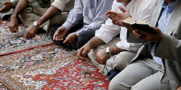 Diesen Menschen dachten, sie hörten den Koran. Dabei war es ein ganz anderer Text.