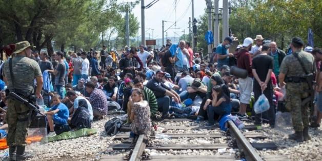 Des migrants attendent de traverser la frontière entre la Grèce et le Macédoine près de la ville de Gevgelija le 20 août 2015