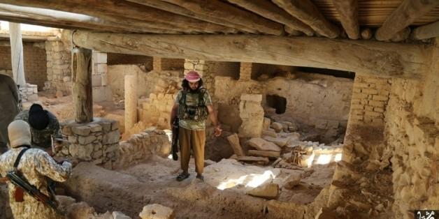 Image diffusée par un média du groupe Etat islamique (Welayat Dimashq) le 21 août 2015, censée montrer des jihadistes se préparant à détruire le monastère syriaque catholique de Saint Elian à al-Qaryataïne