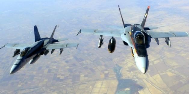 Image fournie par la Marine américaine le 4 octobre 2014 de deux F-18 Super Hornets utilisés dans la lutte contre le groupe EI