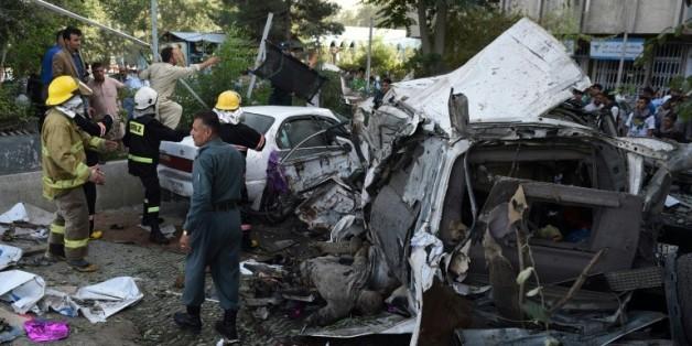 Des forces de sécurité et de police sur les lieux d'un attentat suicide contre les troupes étrangères à Kaboul, le 22 août 2015