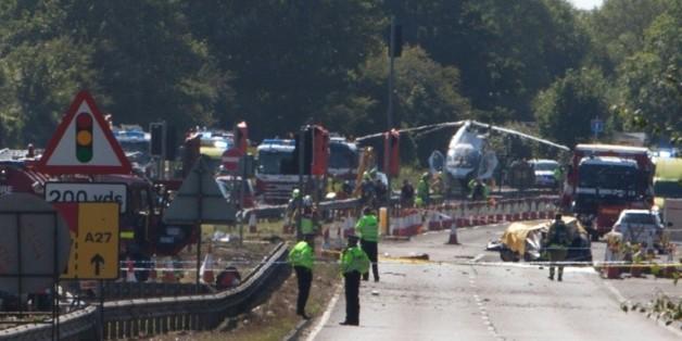 Policiers et secouristes sur les lieux où un avion de chasse de collection s'est écrasé lors d'un meeting aérien le 22 août 2015 à Shoreham-by-Sea, dans le sud de l'Angleterre
