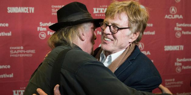 """Nick Nolte (l.) umarmt seinen """"Retter"""" Robert Redford bei der Premiere von """"Picknick mit Bären"""""""