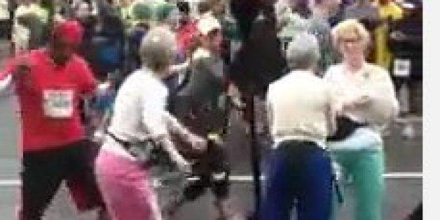 Kaum zu glauben, was ein dunkelhäutiger Mann mit drei alten Frauen macht
