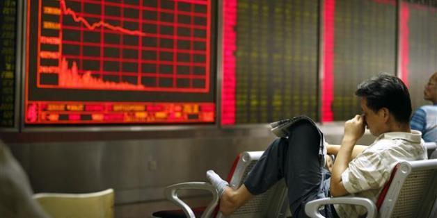 중국 증시의 상하이지수가 8.49%나 폭락하며 8년 만의 최대 낙폭을 기록한 24일, 베이징의 한 객장에서 투자자들이 초조한 표정으로 앉아 있다. 중국 증시 폭락의 여파로 아시아 각국 증시들도 급락 장세에 빠진 '블랙 먼데이'였다