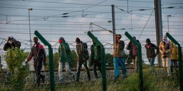 Des migrants tentent de traverser pour la Grande-Bretagne, le 28 juillet 2015 à Fréthun, dans le Pas-de-Calais