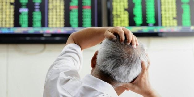 Un investisseur regarde les cotations chez un agent de change de Qingdao, dans la province de Shandong en Chine orientale le 25 août 2015