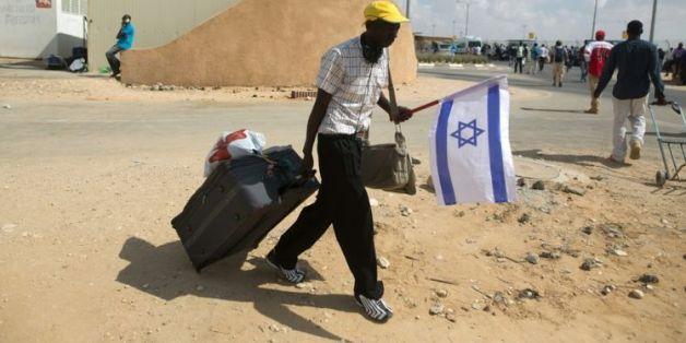 Un clandestin africain quitte le centre de rétention de Holot en Israël, le 25 août 2015