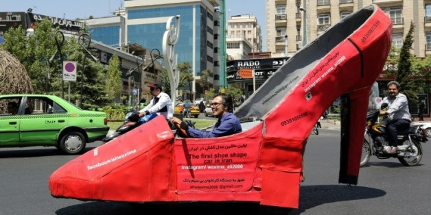 Aliwaxima, cireur iranien, à bord de son escarpin géant, le 19 août 2015 à Téhéran