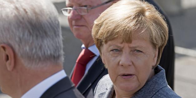 Bundeskanzlerin Angela Merkel mit Sachsens Ministerpräsident Stanislaw Tillich (rechts) und dem Präsidenten des Deutschen Roten Kreuzes, Rudolf Seiters