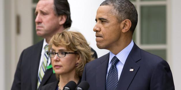 Obama lors de son discours sur les armes le 17 avril 2013 à la Maison Blanche avec le père d'une victime de Newtown et Gabby Giffords, ancienne députée blessée dans une fusillade, (AP Photo/Jacquelyn Martin)