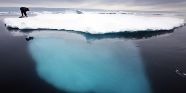 ARCHIV  - Ein Inuit Jaeger beugt sich im Juli 2007 zu einem toten Seehund auf einer schmelzenden Eisscholle vor Ammassalik in Groenland herunter. Bundesumweltminister Norbert Roettgen hat die Staatengemeinschaft aufgefordert, Klimaschutz-Verpflichtungen nicht zu umgehen. Die Vereinbarungen von Kopenhagen muessten daher alle Laender umfassen, also auch die USA und China, forderte Roettgen. Der Minister zeigte sich ueberzeugt, dass die Klimakonferenz einen Weg zur Begrenzung der Erderwaermung auf zwei Grad beschliessen werde. (AP Photo/John McConnico, Archiv) --- FILE - In this July 2007 file photo Inuit seal hunter Dines Mikaelsen strokes a dead seal atop a melting iceberg near Ammassalik Island, Greenland. (AP Photo/John McConnico, File)