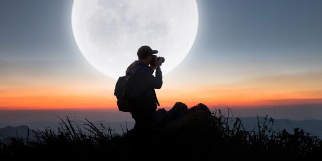 Er zoomt mit seiner Kamera auf den Mond - was dann im Bild erscheint, macht sprachlos