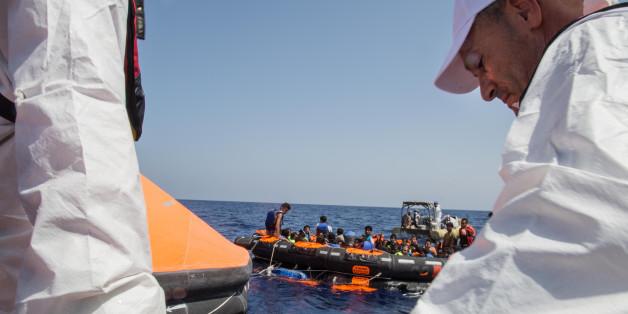 Hilfsmaßnahmen nach dem Kentern eines Flüchtlingsbootes am 05. August 2015