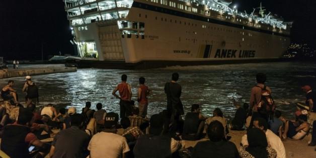 Des réfugies syriens attendent au port de Mytilène (île de Lesbos) de monter à bord du paquebot pour atteindre la Grèce et le continent européen, le 23 août 2015
