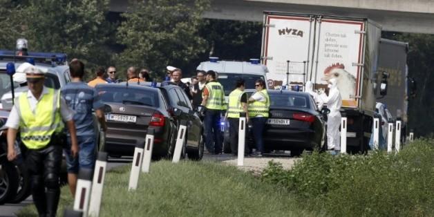Policiers et enquêteurs s'affairent autour du camion dans lequel des dizaines de corps de migrants ont été découverts, sur une autoroute près de Neusiedl-am-See en Autriche, le 27 août 2015.