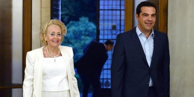 Le Premier ministre sortant, Alexis Tsipras, et la nouvelle Première ministre par intérim, Vassiliki Thanou, le 25 août 2015 à Athènes