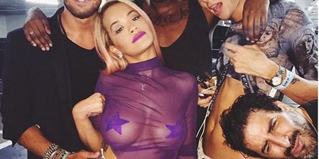 Unter diesem Rock trug Rita Ora nur einen Lederslip mit goldenem Reißverschluss
