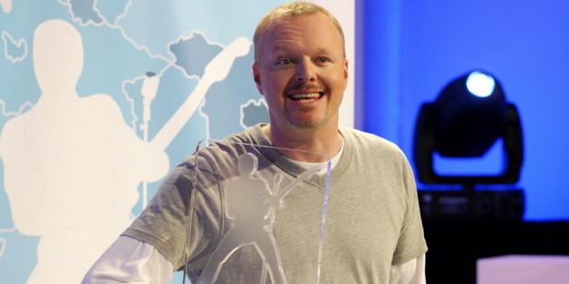 Stefan Raab präsentiert beim BuViSoCo 2010 die Trophäe