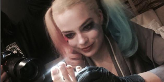 Ob dieses teuflische Lächeln etwas Gutes bedeutet? Margot Robbie tätowierte Cara Delevingnes Fuß