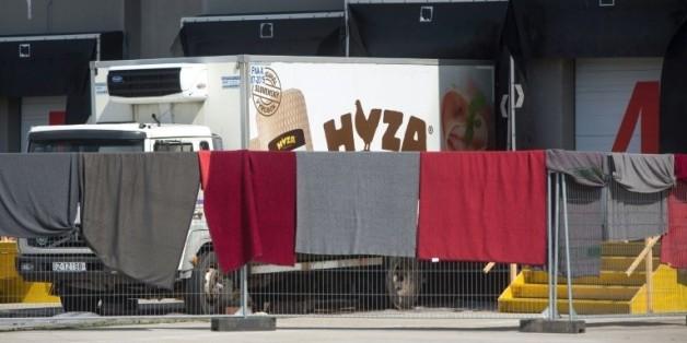 Le camion dans lequel des migrants ont été découverts morts, garé le 28 août 2015 sur l'A4 près de Nickelsdorf en Autriche