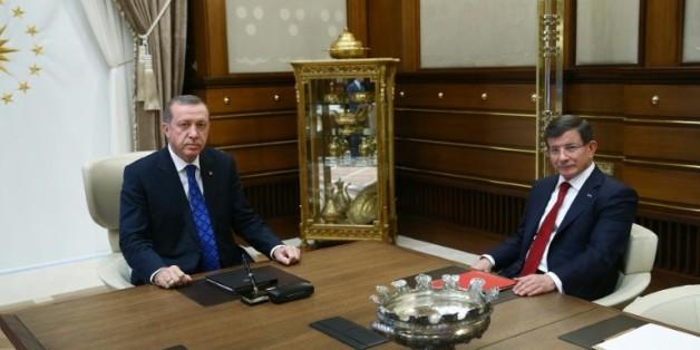 Photo fournie le 28 août 2015 par les services de la présidence turque montrant le Premier ministre Ahmet Davutoglu (D) et le président Recep Tayyip Erdogan au palais présidentiel à Ankara