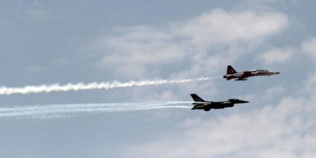 Deux avions de chasse de l'armée turque dans le ciel de Nicosie à Chypre, le 20 juillet 2014
