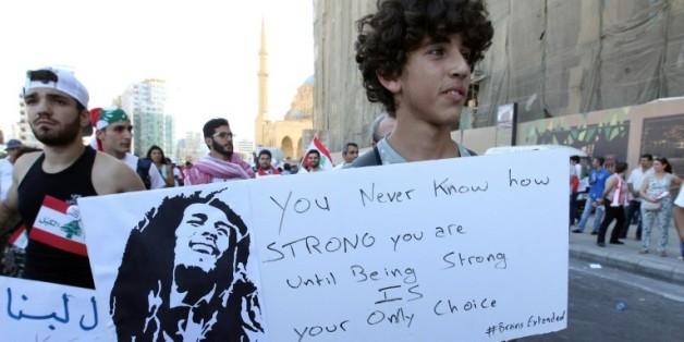 """FORT jusqu'au moment où être fort est votre seule option"""", proclame une pancarte d'un manifestant se réclamant de Bob Marley, le 29 août 2015 à Beyrouth"""