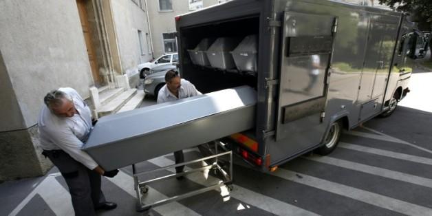 Les cercueils des migrants retrouvés morts dans un camion en Autriche arrivent à Vienne pour être autopsiés, le 28 août 2015