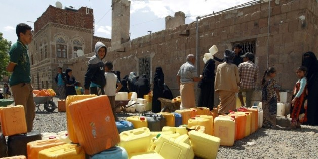 Des Yéménites en file d'attente pour remplir des bidons d'eau le 22 août 2015 à Sanaa